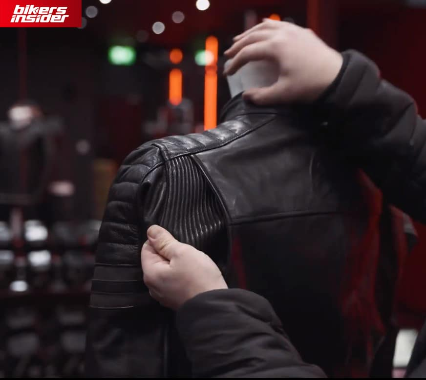Hawkeye jacket features an elastic accordion for superior flexibility, furthermore promoting a better fit.