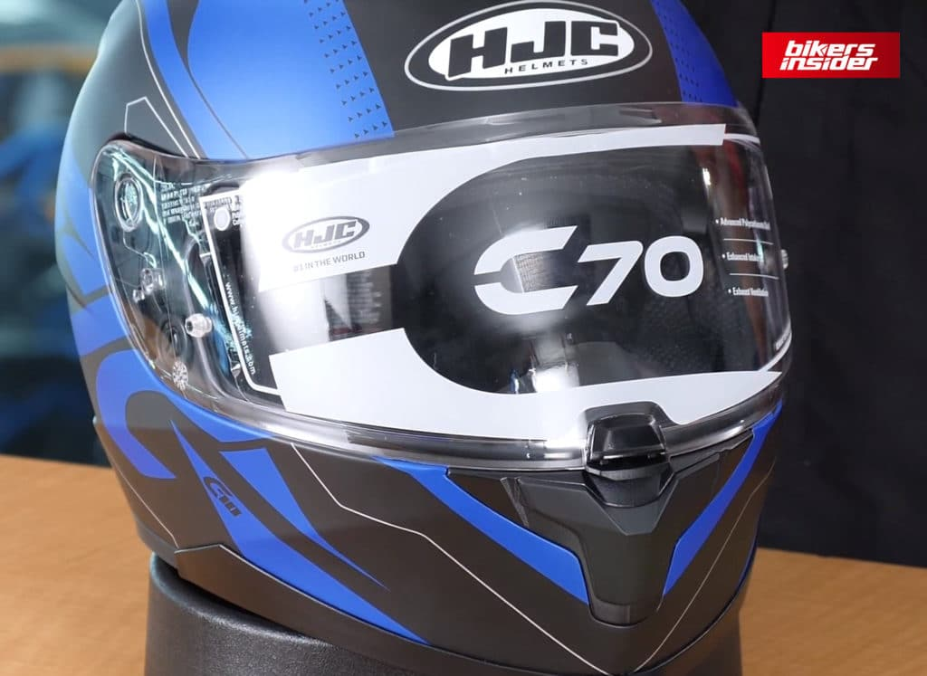 The well-built clear face shield visor on the HJC C70 features a central locking mechanism.